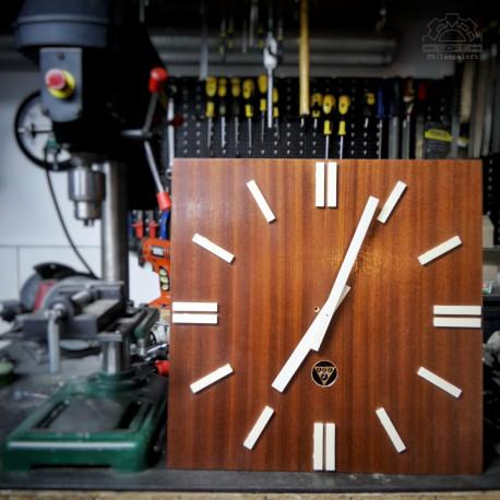 Drewniany zegar dworcowy Pragotron