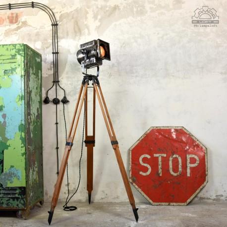 Reflektor filmowy na statywie